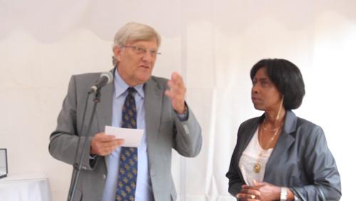 Monsieur Georges Fresch, ambassadeur de France au Rwanda, me remet la décoration