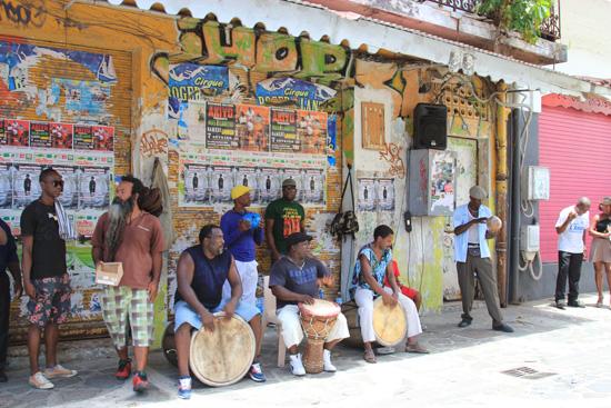 Samedi midi, Pointe-à-Pitre, le groupe akyo bat les tambours gwoka (photo juin 2015)