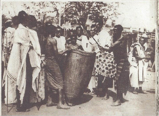 Le roi Yuhi Musinga bat un tambour sacré.
