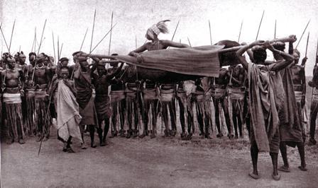 Le mwami est venu ici. Sur notre colline. Au loin, on a d'abord entendu les tambours ... Scholastique Mukasonga, Rwanda