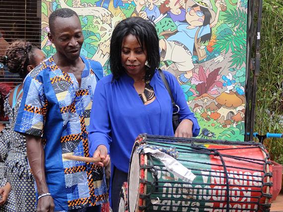 Je bats tambour pour saluer la nouvelle année et offrir mes vœux à tous mes fidèles lecteurs. Scholast Mukasonga - Rwanda